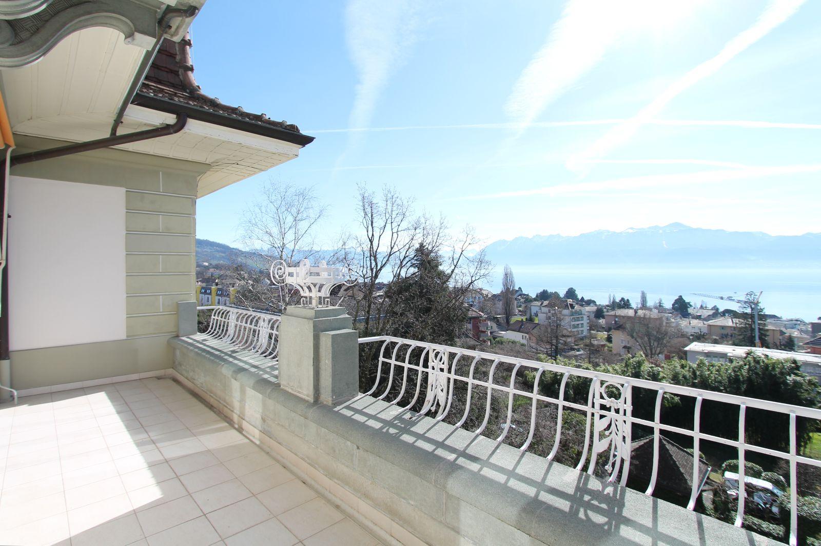 Beau balcon Sud, verdure, lac et Alpes