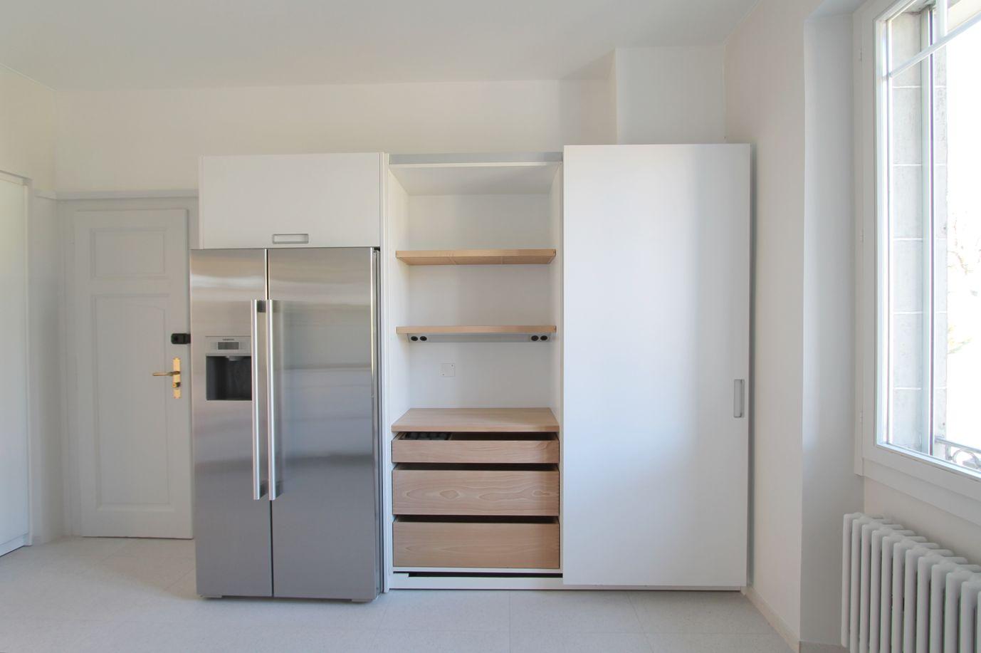Cuisine blanche moderne soigneusement aménagée , frigo américain