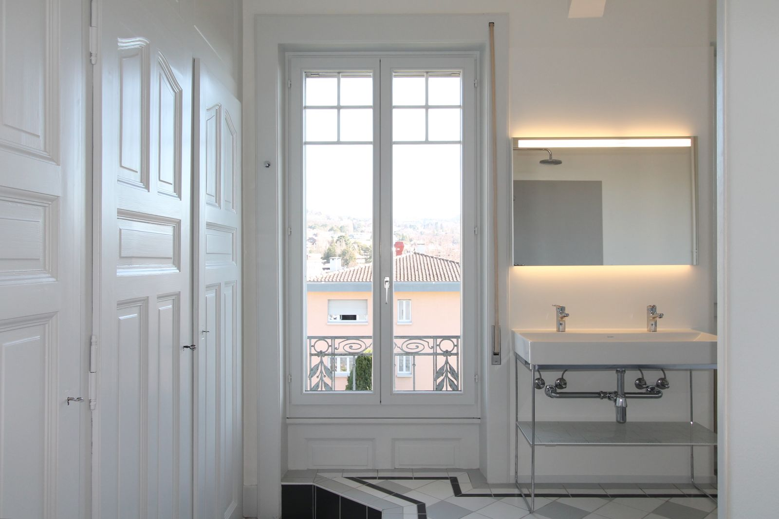 Lumineuse salle-de-bains contemporaine