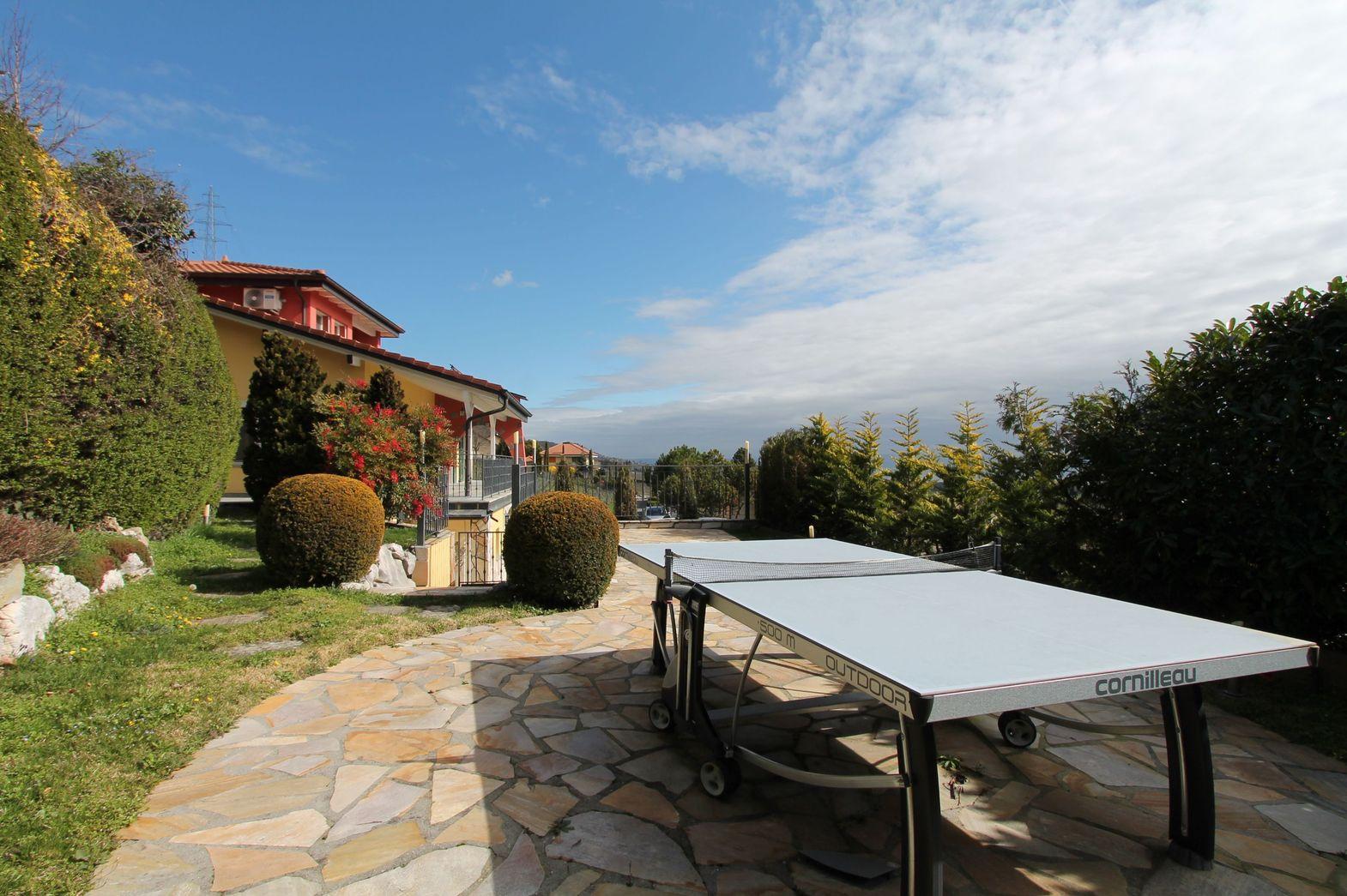 Terrasse et jardin au niveau du séjour, avec vue