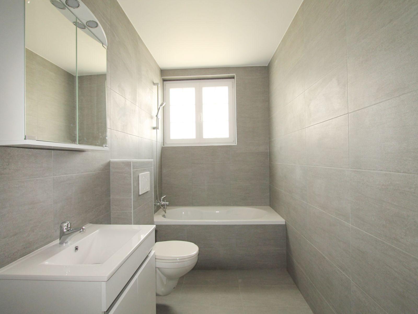 SDB moderne avec baignoire
