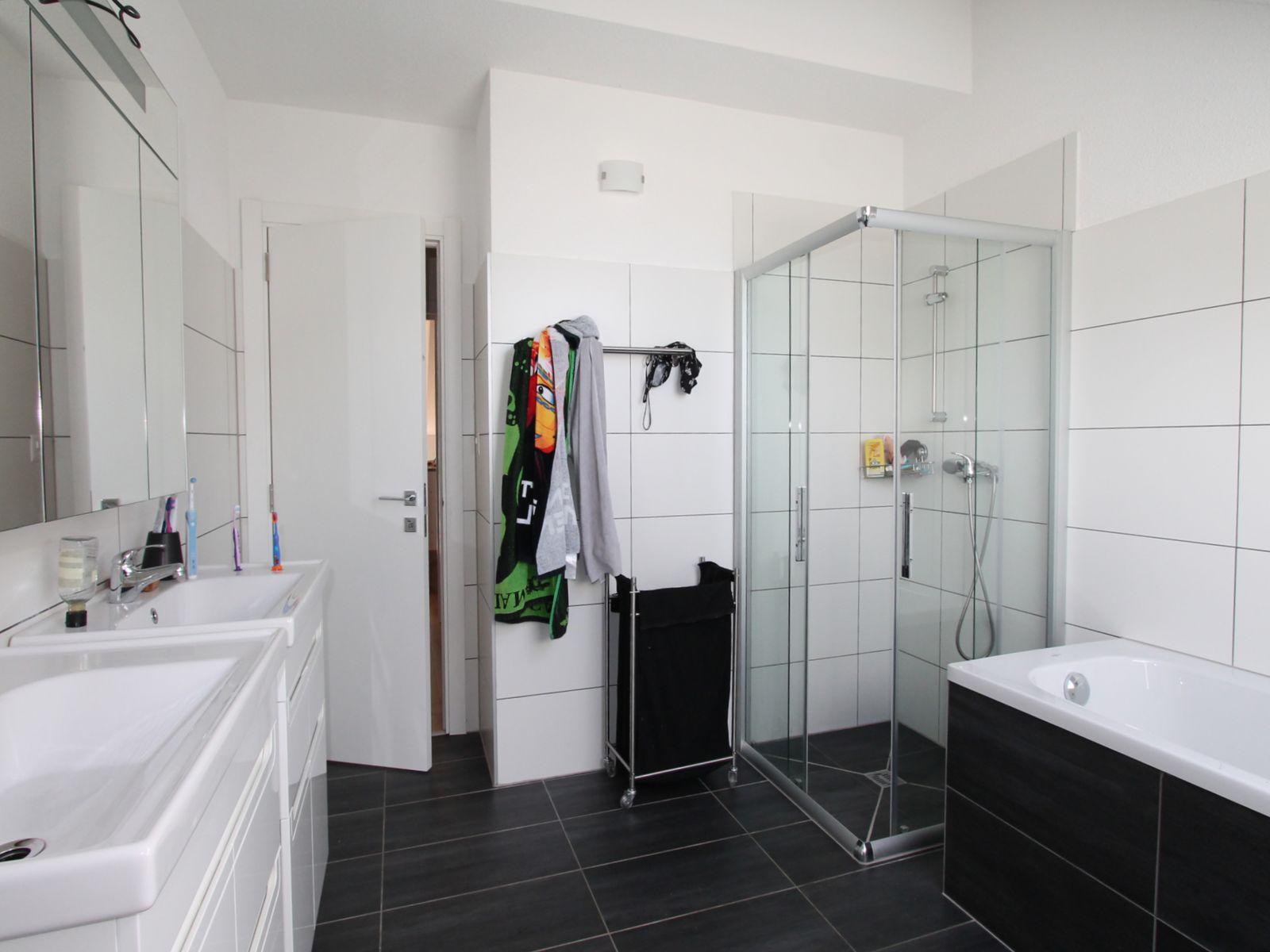 Salle-de-bains avec bain et douche séparée