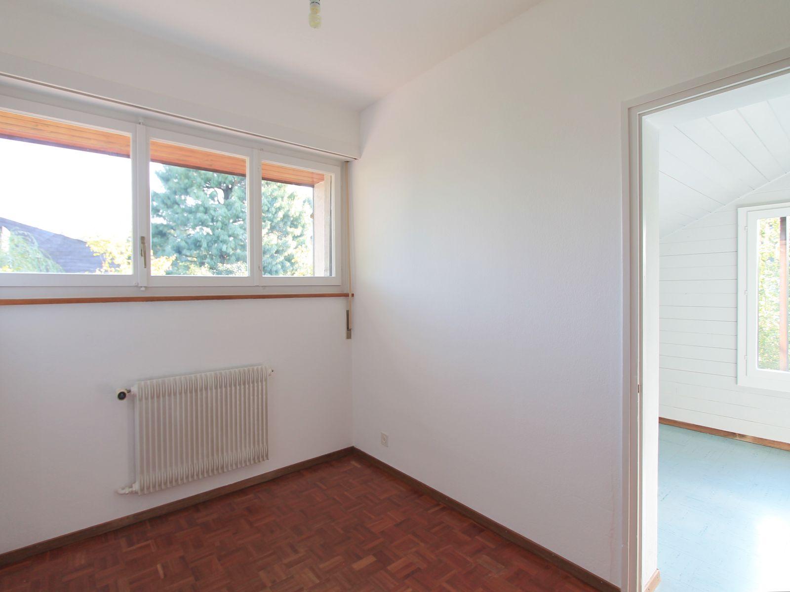 Petite chambre avec fen^tre et porte vers la salle-de-jeux
