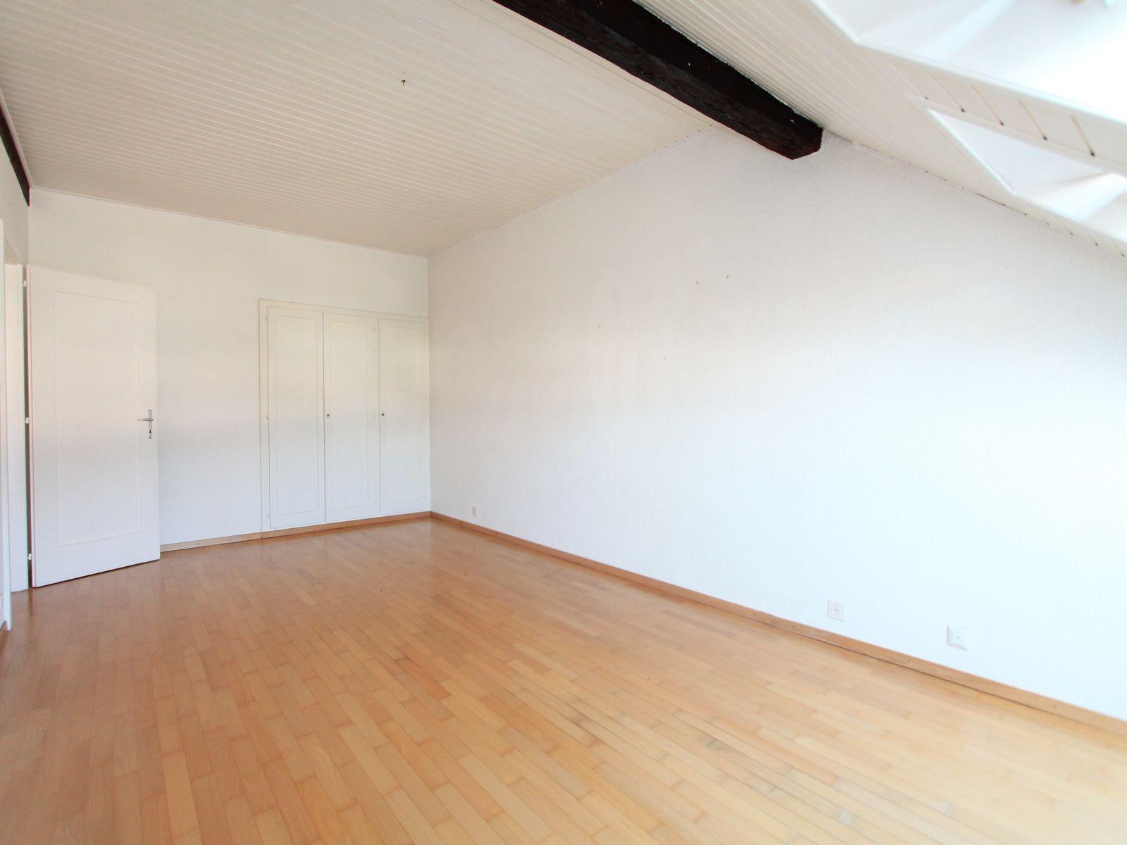 Spacieuse chambre avec placards intégrés