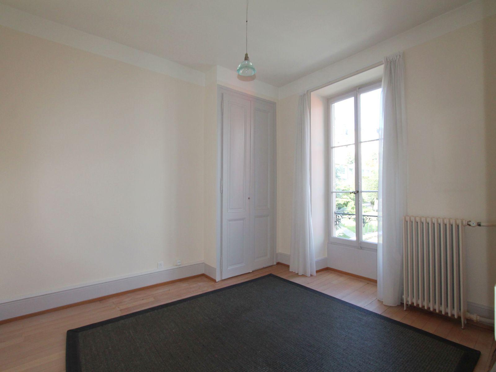 Chambre Nord avec armoire et parquet