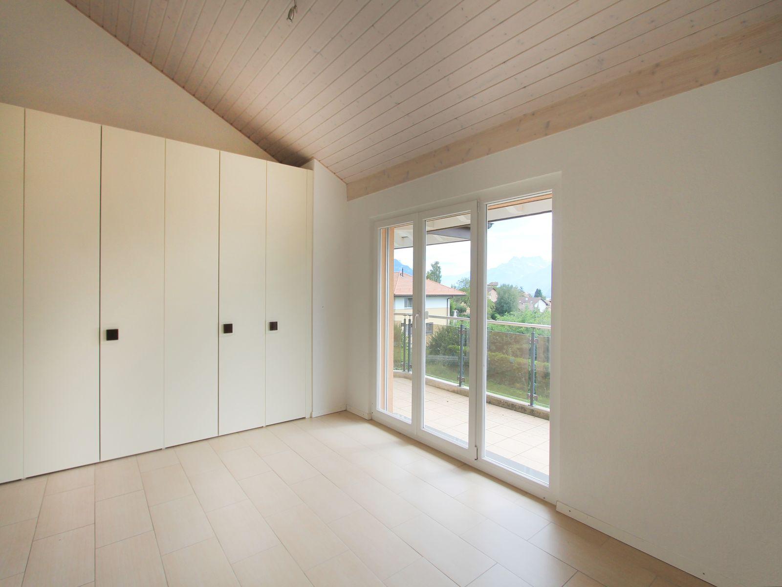 Chambre 2 avec nombreux placards encastrés, vue montagne, accès balcon