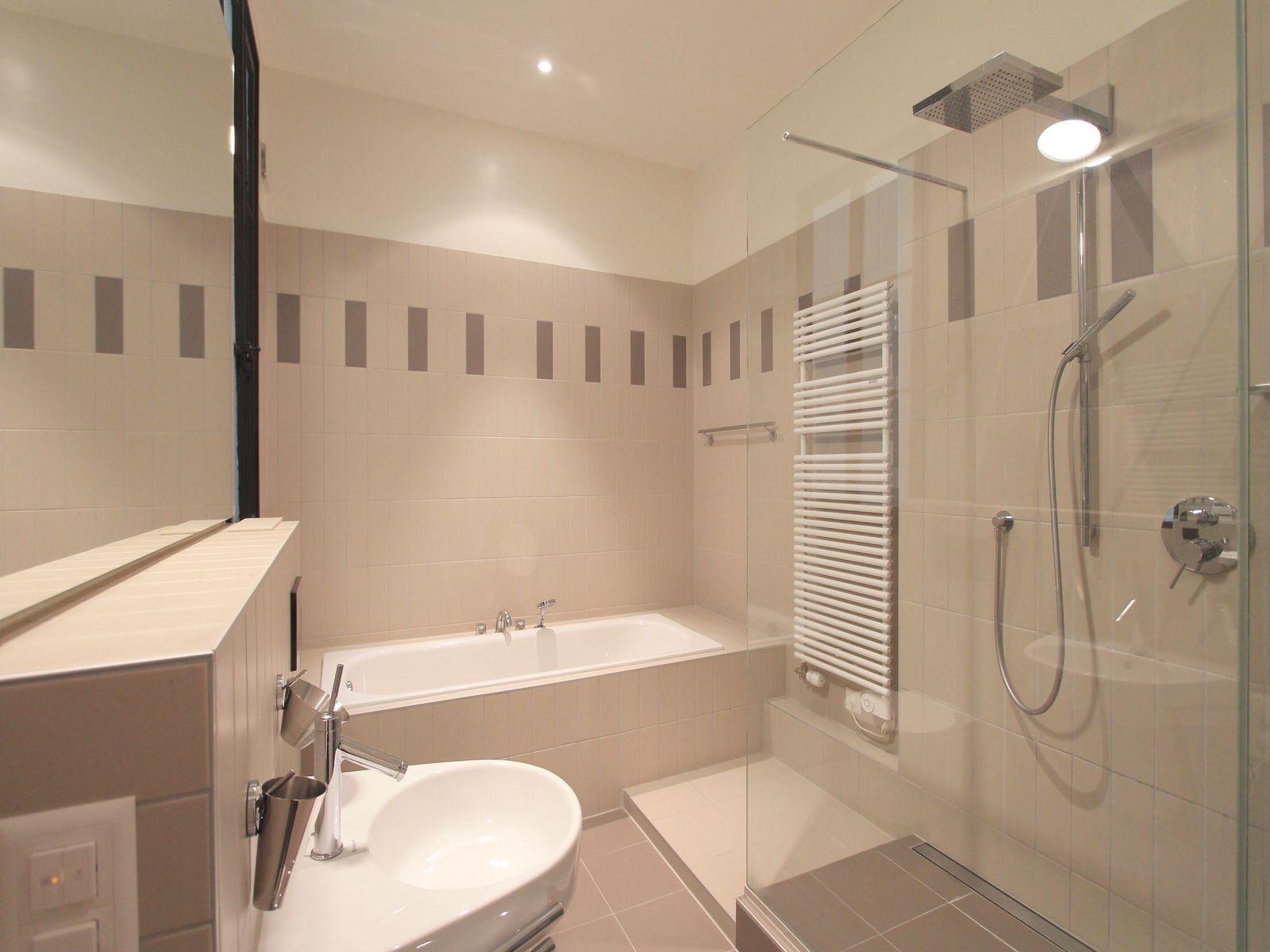 Salle-de-bains très contemporaine, baignoire, garnde douche lavabo,...