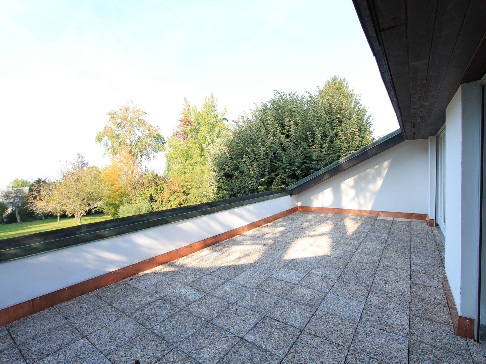 Grande terrasse dallée, avec vue dégagée