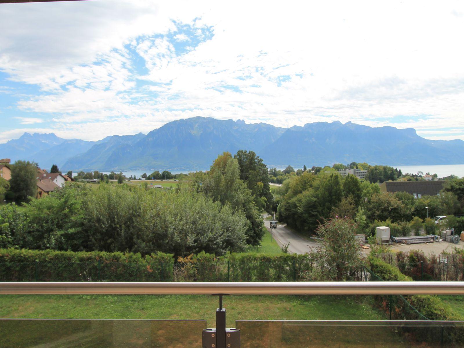 Vue depuis le balcon sur les Alpes et le lac