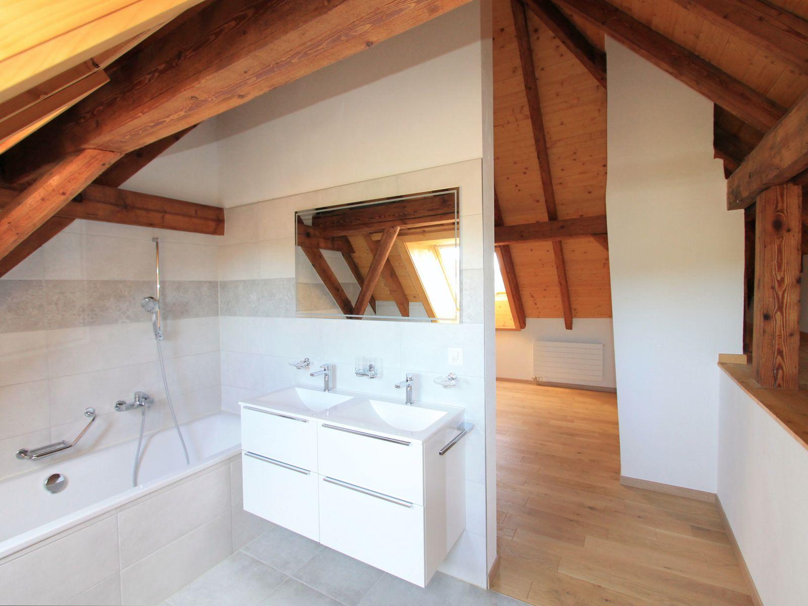 Salle-de-bains partiellement ouverte sur la chambre