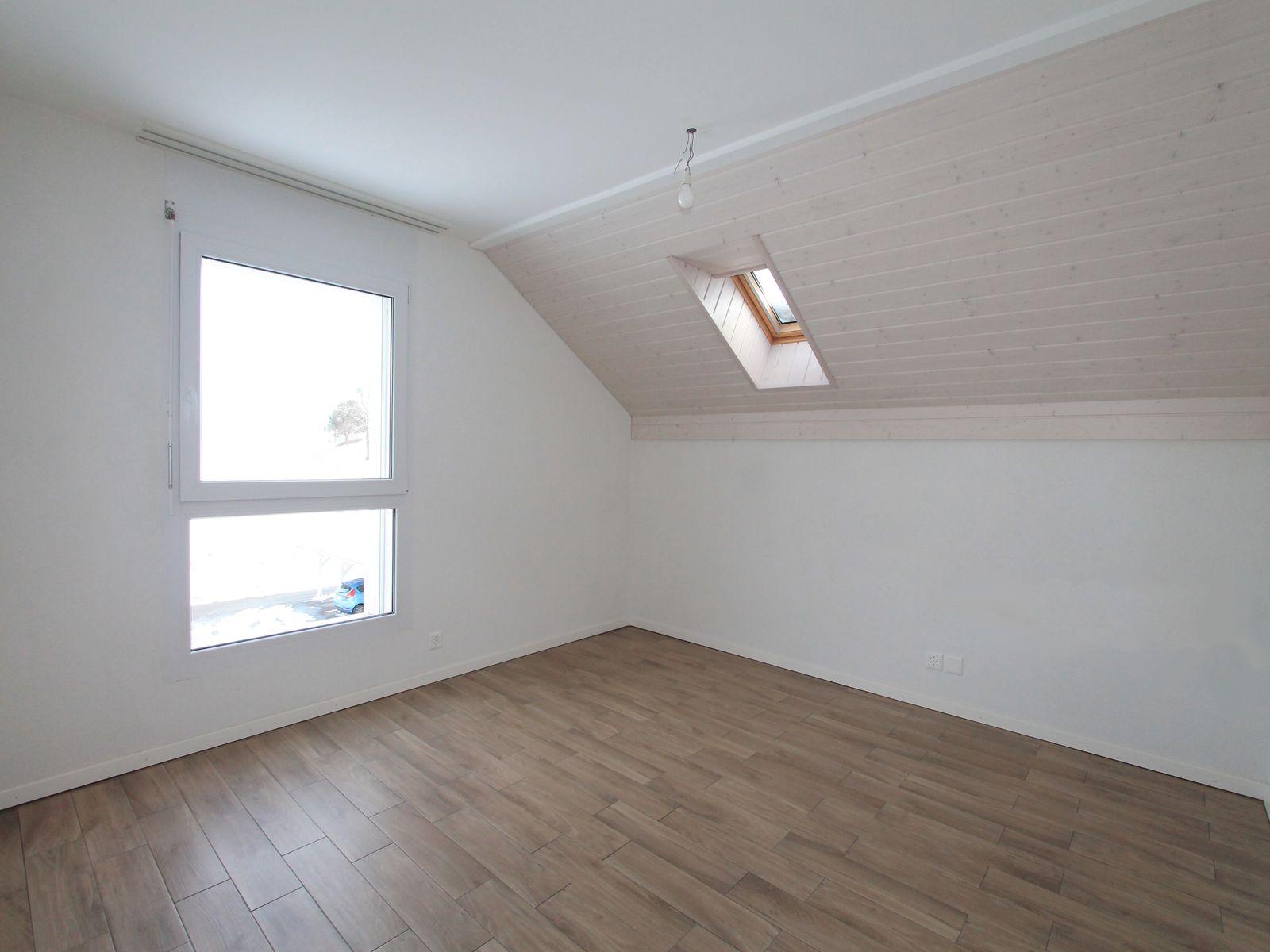 Spacieuse chambre avec fenêtre et velux