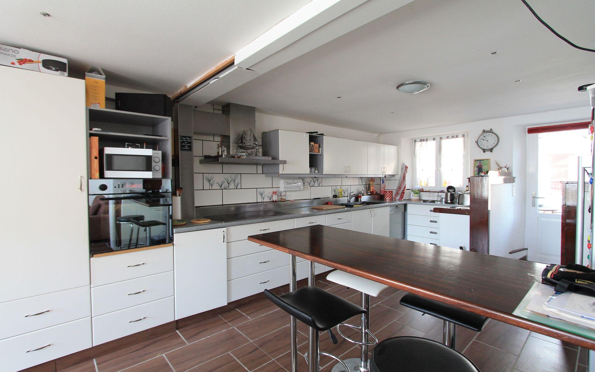Grande cuisine sur toute la largeur de la maison