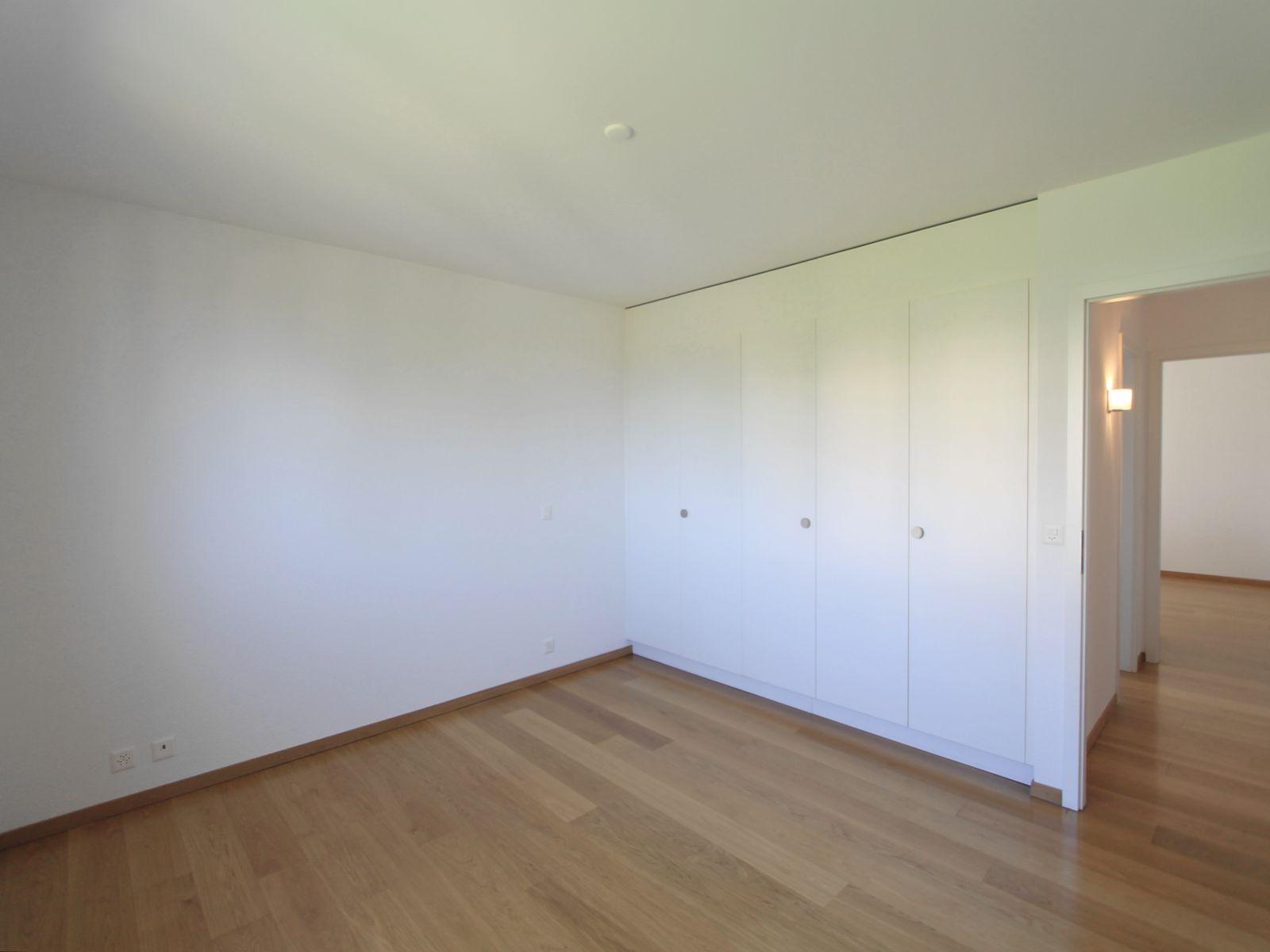 Chambre 2 avec armoires